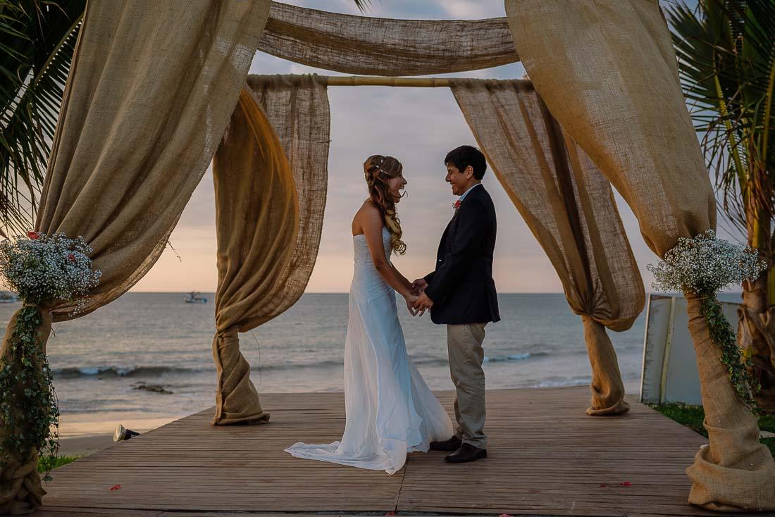 engagement session playa mancora, fotografo de bodas mancora, fotografia documental bodas en playa organos, beach wedding destination peru, sesion pre boda mancora