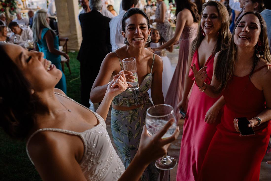 novia, vestido de novia, novio, matrimonio, boda, celebracion, fiesta, sesion de fotos, licor, bebidas, flores, bouquet
