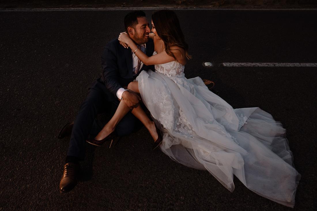 novios abrazados, vestido de novia, novio en terno, pareja romantica