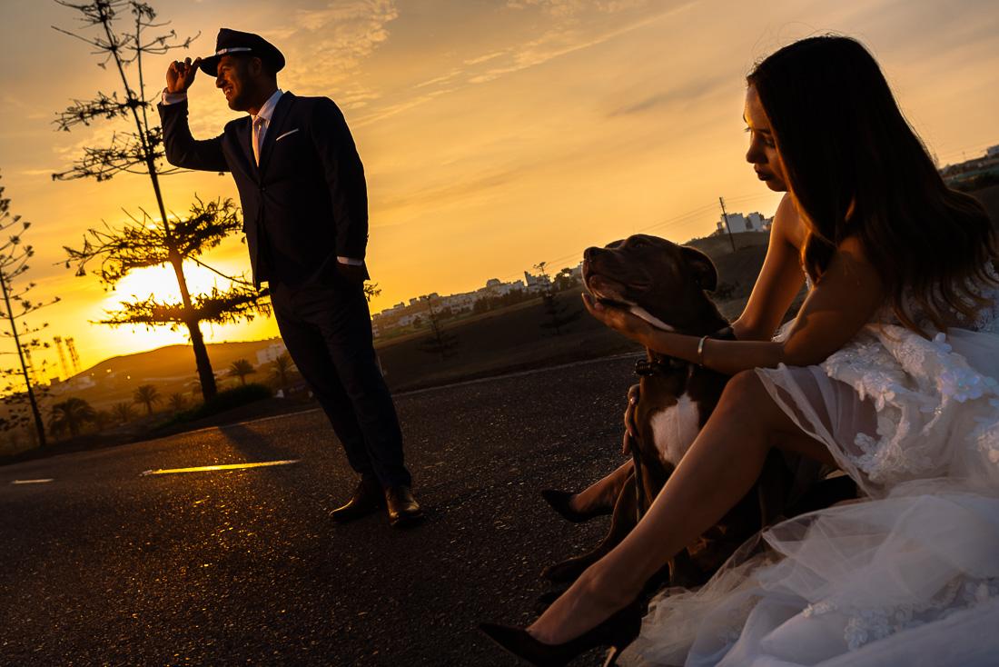 novia con su perro, vestido de novia y mascota, beso, atardecer, novio piloto