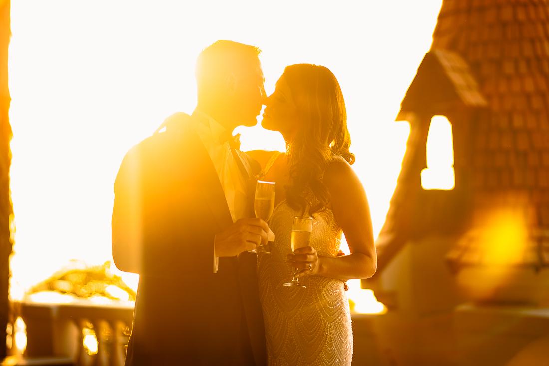 novios besandose, siluetas sunset, novia con champagne en sesion de fotos