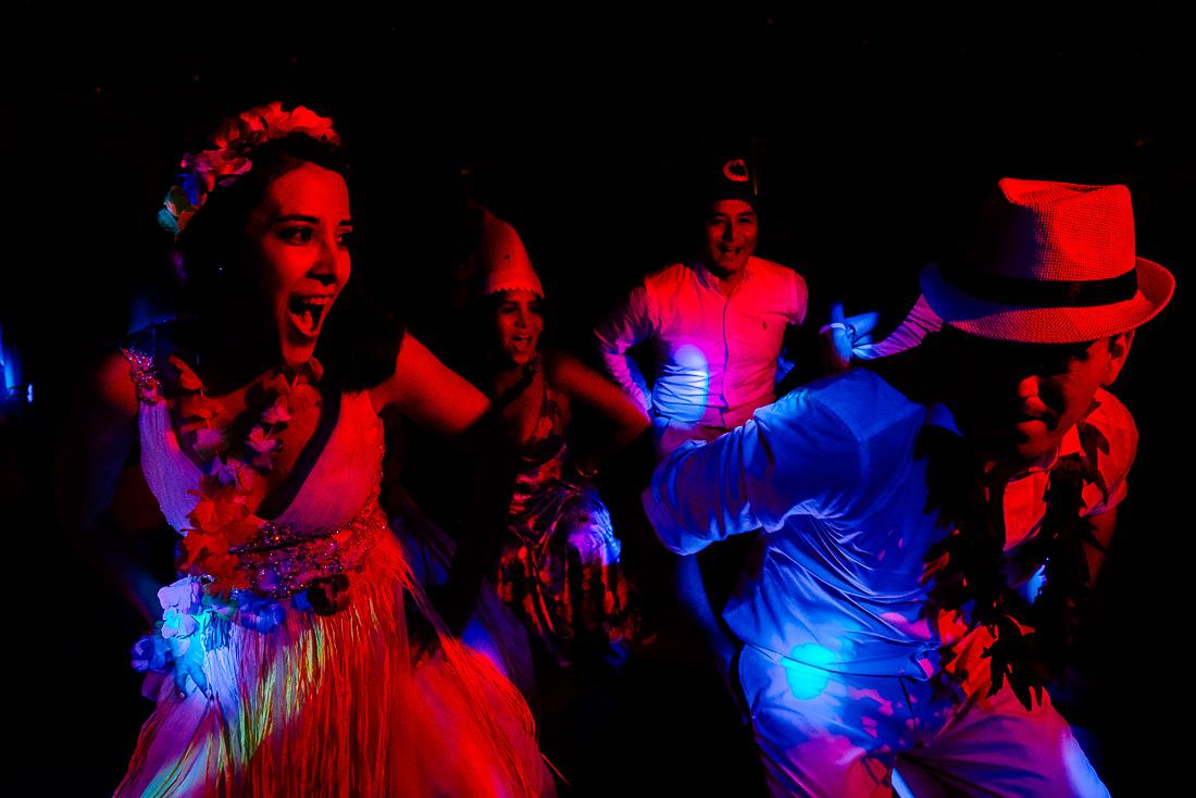 novios bailando, colores rojo y azul, parejas en coreografia, luces de fiesta