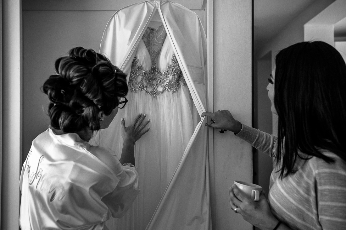 novia viendo su vestido