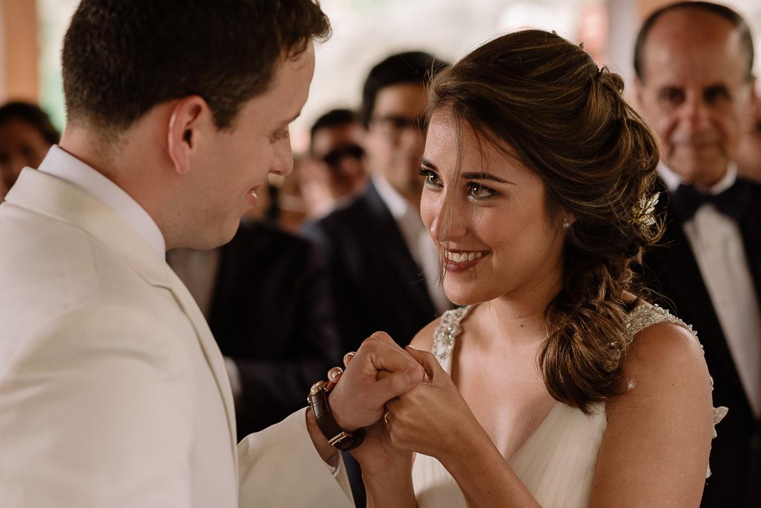 ceremonia de matrimonio, novia y novio, rito catolico, beso, miradas, enamorados, familia emocionada