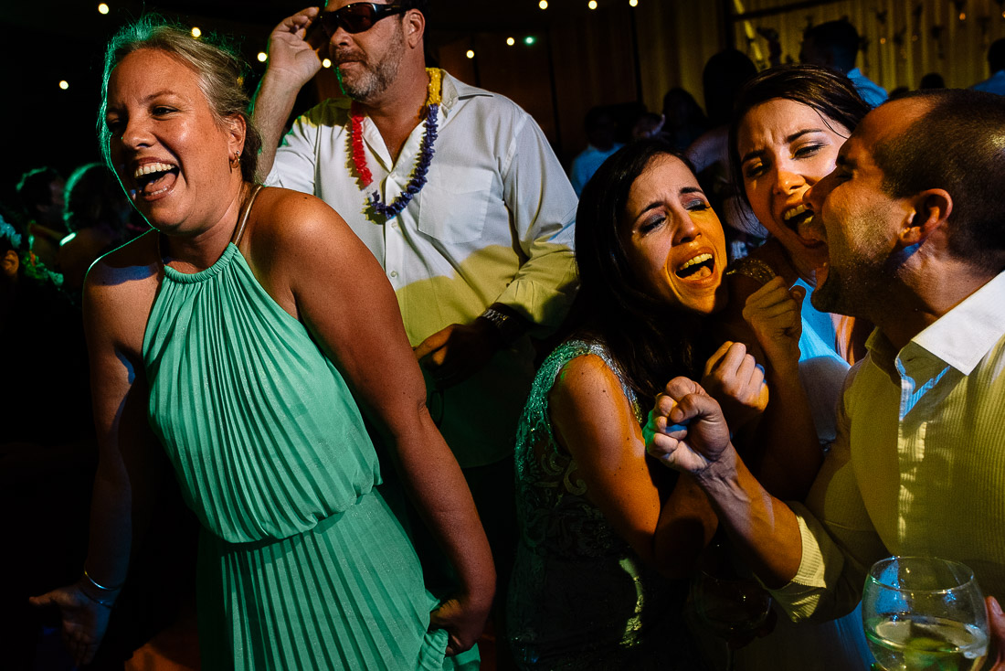 baile de novios, fiesta, beso, miradas, licor, alegria, celebracion