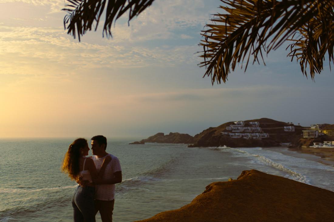 pareja de novios abrazandose, fotografia a contraluz, mujer y hombre enamorados, escena romantica al altardecer