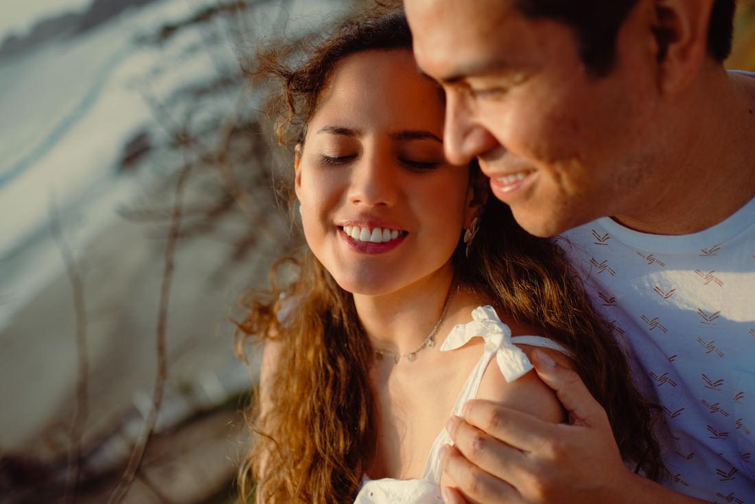 pareja de novios abrazandose, primer plano de rostros, pareja enamorada