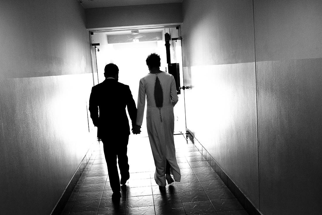 boda civil en tiempos de covid, pareja casandose en boda civil intima, preparativos de novia y novio, fotografia documental de boda
